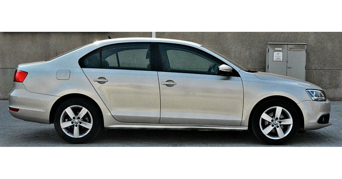 volkswagen jetta for sale aed 31 000 gold 2013. Black Bedroom Furniture Sets. Home Design Ideas